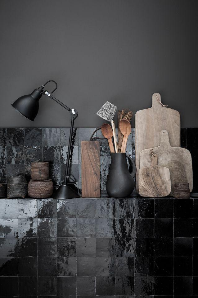Mat zwart, zwarte tegels glans, matte black, houten snijplank, keuken decoratie, kitchen decoration