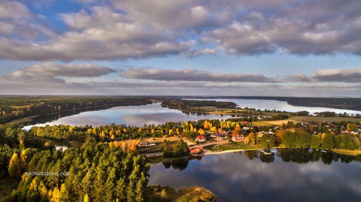 Przepięknie położona wieś w województwie pomorskim. Doskonałe miejsce na kajaki i rowerowe wycieczki.