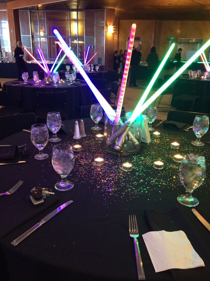 Light saber centerpieces turn into party favors later for Star wars dekoration