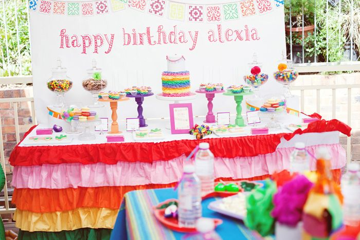Me encantan las capas y los colores de la falda de mesa! / I love the colours and the ruffles on this table skirt!