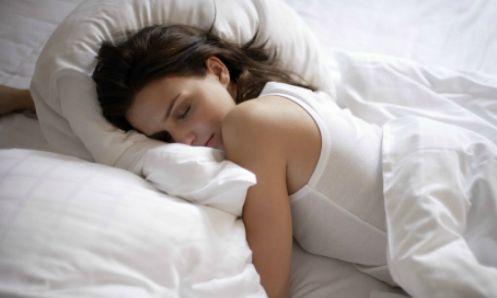 Dormire a faccia in giù fa venire le rughe?