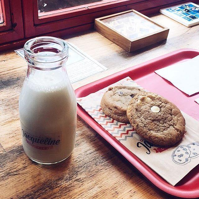 Nasil güzel bir ikili 🍪&🥛  @jacquelinecookies mini mini bir kurabiye dükkani. Evlere de siparis veriyorlarmis. Yakinimda boyle bir mekan olsa sürekli siparis verebilirdim. 😋