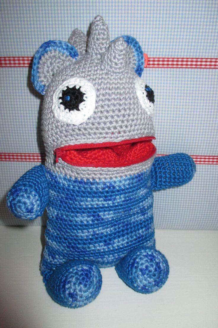 Troost vriendje in blauw/grijs met drie hoorntjes op zijn kop voor een stoere uitstraling.   Homemade by Corrie.
