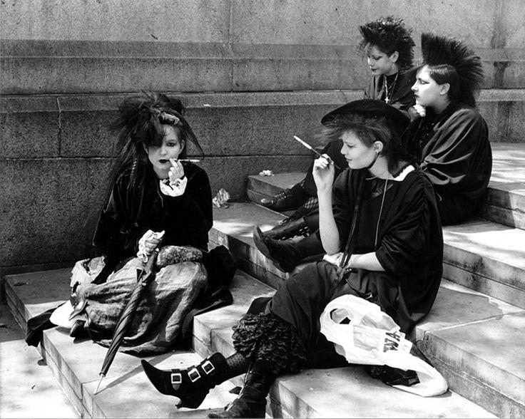 Góticos - A cultura gótica surgiu na Inglaterra no fim da década de 70, início dos 80, e se influenciou principalmente pelo pós-punk, com roupas que lembravam as da era vitoriana, com direito a muito preto, claro. O gosto pela literatura e poesia, sob uma estética bem sombria, também era característica da trupe