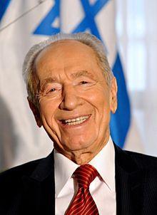 *SHIMON PERES en 2009* Après une carrière diplomatique entamée après la guerre d'indépendance israélienne, il devient haut-fonctionnaire au service du gouvernement israélien comme directeur adjoint, puis directeur général du ministère de la Défense entre 1953 et 1959. Après cette période, il commence une longue carrière politique.Successivement membre du Mapaï, du Rafi, de l'Alignement, du Parti travailliste et de Kadima, il siège comme ministre au sein de douze gouvernements, ce qui lui…