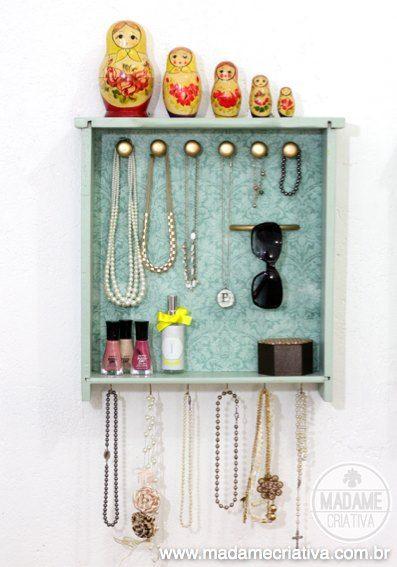 Este é um dos melhores organizadores de jóias e acessórios que eu já vi na vida! Tem espaço suficiente para que os colares fiquem pendurados sem embaraçar. Tem espaço para pulseiras, óculos...