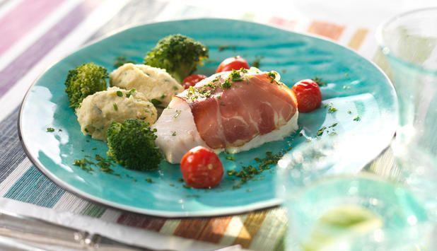 Ovnsbakt torsk med spekeskinke. Torsken er ferdig på langt under halvtimen og smaker deilig. Tomatene kan byttes ut eller suppleres med andre grønnsaker.