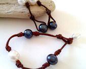 Parure bracelet et boucles d'oreilles perles de culture d'eau douce bicolore blanche et gris foncé sur cuir pour femme : Parure par perla-mundi