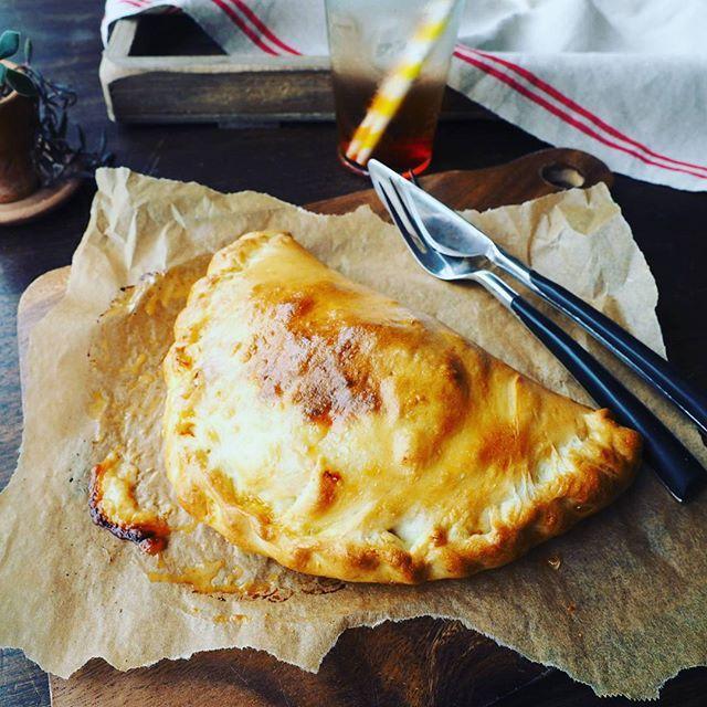 とろ〜りチーズがたまらない♡お手軽カルツォーネレシピ - Locari(ロカリ)