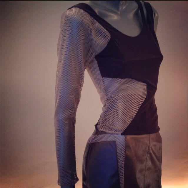 Blusa en mesh de seda con aplicación de red en manga, lateral del talle y espalda.