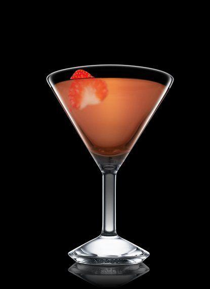 Strawberry Daiquiri - Llenar una coctelera boston con hielo. Añadir todos los ingredientes. Agitar y colar en una copa de cóctel refrigerada. Decorar con fresa. 2 Partes Ron añejo cubano, 1 Parte Licor de fresa, ½ Parte Zumo de lima, ½ Parte Almíbar, 1 Cuña Fresa