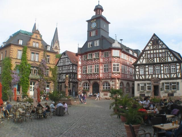 Der Marktplatz in der Altstadt von Heppenheim.Heppenheim ist ein bekanter Weinort an der Bergstrasse.Sitz der Kreisverwaltung.Hotel,Ferienwohnungen,Nibelungenland Odenwald.
