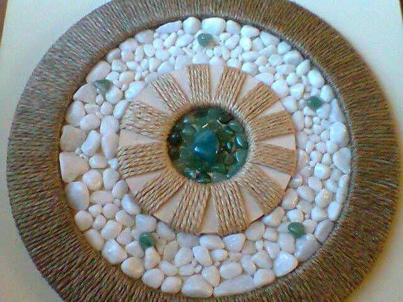 Mandala com pedra agata verde. Tela em tom palha.