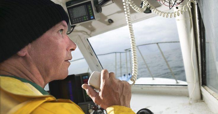 Cómo usar una radio de banda marina VHF . El rango de frecuencia de la radio VHF (frecuencia muy alta) es la banda más comúnmente usada para las comunicaciones marinas. Los navegantes generalmente acceden a la banda VHF a través de radios montadas en la cabina, aunque las unidades de mano livianas y pequeñas se están haciendo muy populares. Los canales VHF con numerados para simplificar ...
