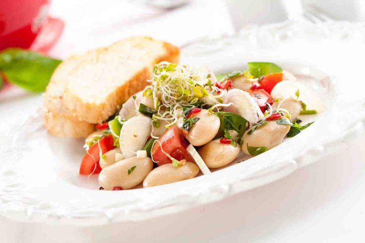 Sałatka z kiełkami brokułu, białą fasolą, zieloną papryką w ostrym dressingu #smaczastrona #przepisytesco #fasola