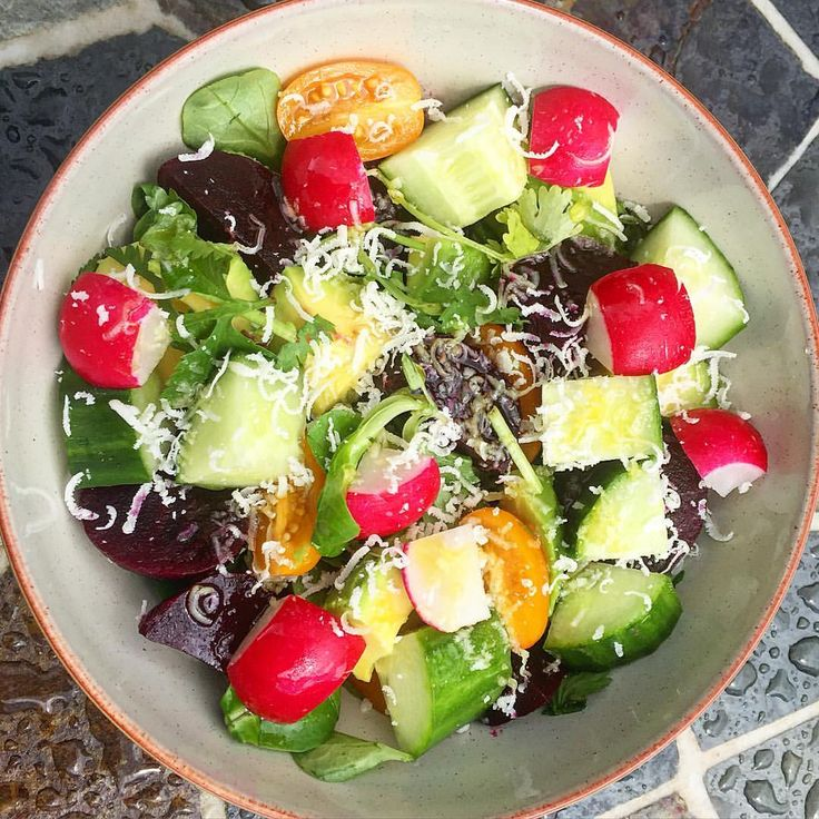 So just before the weekend here's one more healthy work salad. Lots of colour in this one! Lambs lettuce, coriander and avocado salad with beetroot, radish, baby tomato and cucumber, finished with a drizzle of oil and grated parmigiano #healthworkfood #healthyoptionmeals #properfoodieblog #salad #parmigiano #avocado #healthymeals #feedfeed #instafood_lover #lifeandthyme #foodblognation #foodblogfeed #foodandwine #thekitchn #foodphotography #foodstyling #onthetable #foodstagram #foodshare…