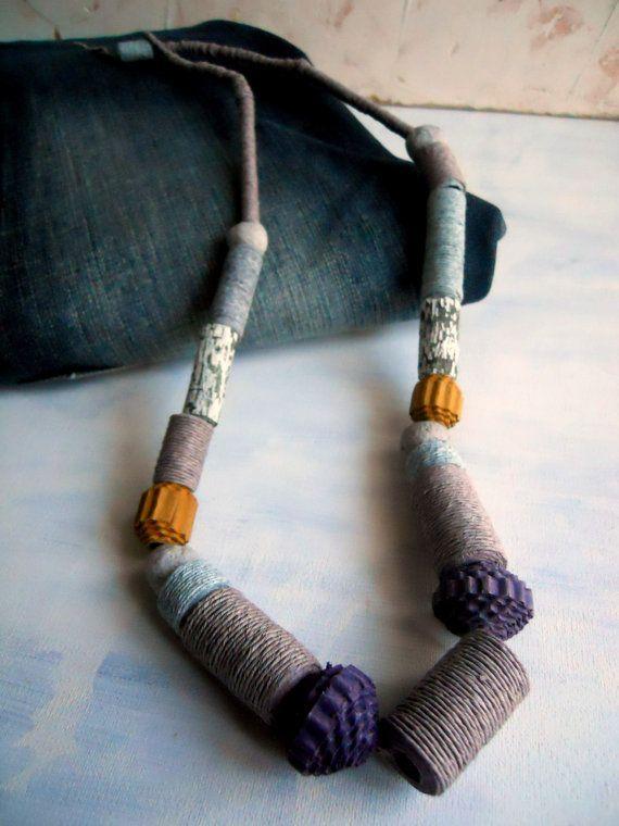 Paper necklace  collana lunga di carta-ecobijoux di Coccidicarta