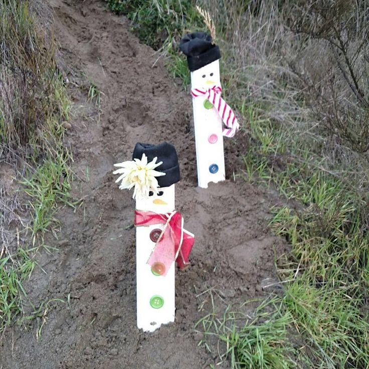 A little holiday cheer on the cliff. Community style decorating.    #salmonbeach