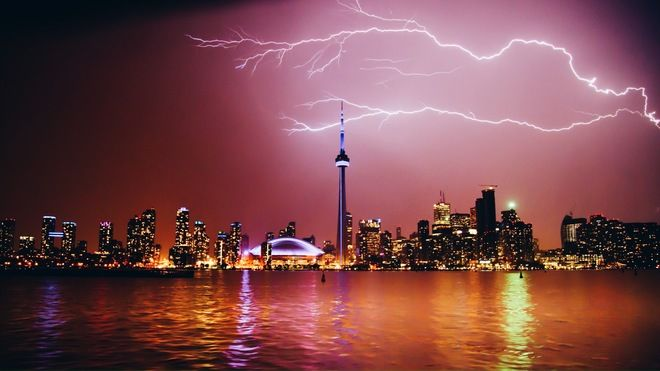 News - Five spectacular photos of lightning hitting the CN Tower - The Weather Network