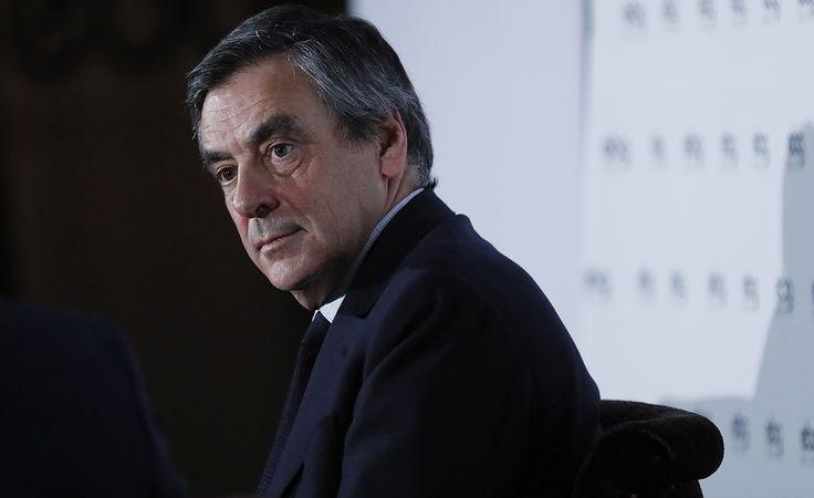 François Fillon a-t-il gagné la partie? Après le renoncement définitif d'Alain Juppé ce lundi matin, le candidat LR a rappelé devant le comité politique de son parti qu'il n'y avait « pas de plan B », et estimé le sujet « clos ». Le comité lui a renouvelé son soutien, « à l'unanimité ».