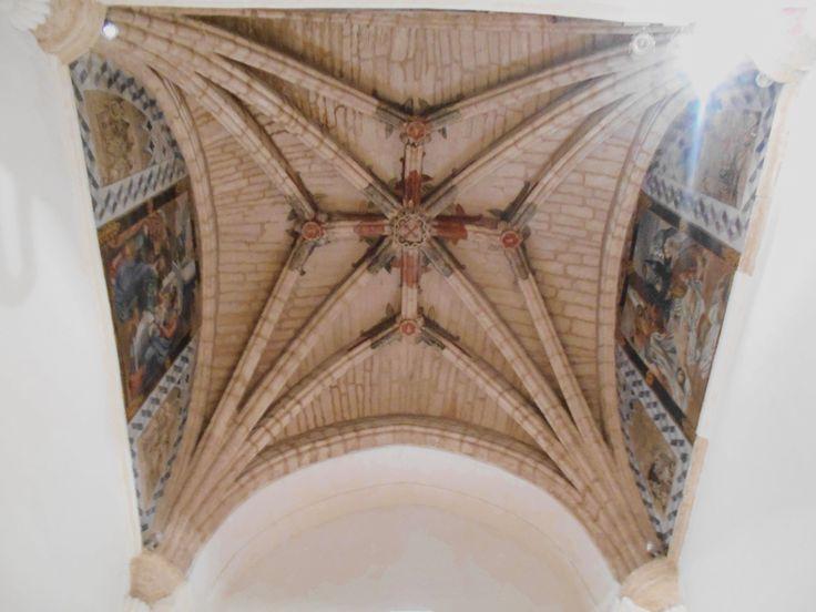 Bóveda de estrellada de la capilla del evangelio y. pinturas al fresco góticas que representan motivos heráldicos y grotescos.