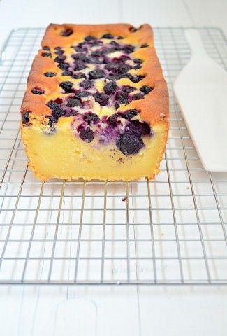Ricotta cake met blauwe bessen is een lekker fris en makkelijk recept.