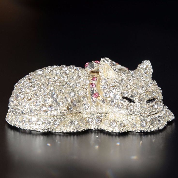 Кошка  коробка для колец, украшена эмалью, кристаллы Бежевелед L2.875 * W1.75 * H1инч  (L7.2 * W4.5 * H2.5cm) 1) Материал: оловянный сплав из серебряным  или   золотым напылением. 2) Роспись ручной работы. 3) Декор яркий горный хрусталь. 4) Замок с магнитом