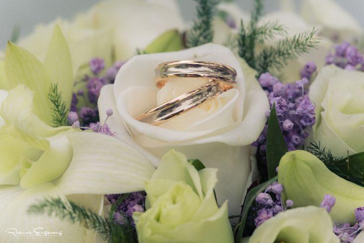 Disse smukke vielsesringe er elegant placeret i brudebuketten.