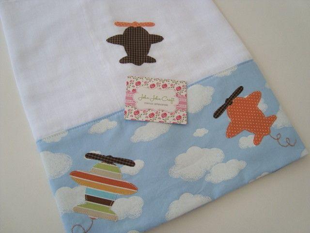 Peça confeccionada em fralda de ótima qualidade, dupla, barrado em tricoline, e aplicações no tema de aviões.  Fralda de ombro é ideal para proteger a pele delicada do seu bebê, e também para usar na hora da amamentação para limpar a boquinha do bebê.