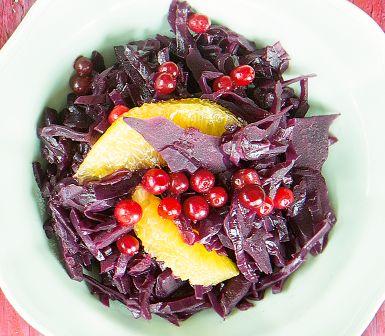 Julbordets gröna kan lika väl vara rött. Julkryddorna ger smak, men också färskpressad apelsin, glögg och balsamvinäger. Rödkålen passar att frysa. När det är dags för julbord är det bara att tina, värma på och pimpa med lingon och apelsin.