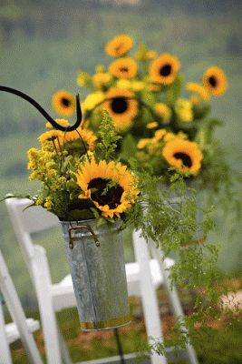 Sunflower Wedding Pew. Read More: Http://memorablewedding.blogspot.com