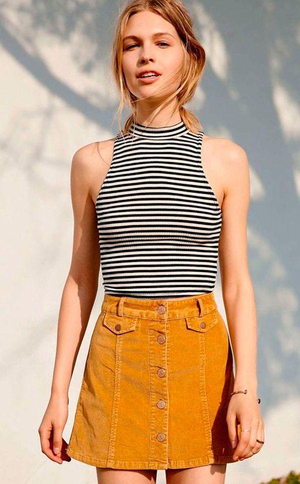 Street style look com blusa listra e saia camurça.