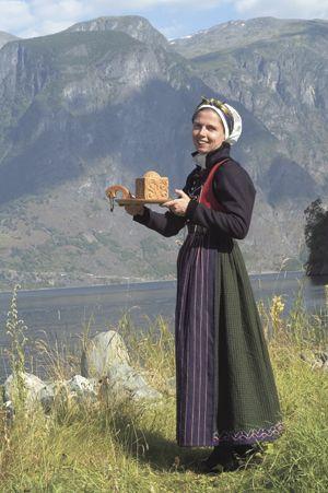 Pascale var den første som rekonstruerte kvinnebunaden i Sogn etter Bunad- og folkedraktrådets retningslinjer