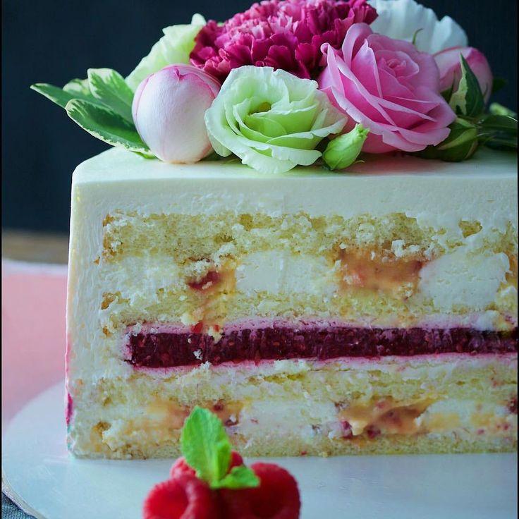 """Обещанный разрез нового торта! Торт """"Маракуйя-малина"""" - ванильный бисквит; - сливочный крем; - курд из маракуйи с малиной; - малиновое желе. Это просто невероятно вкусно #elskitchen_разрезы  via ✨ @padgram ✨(http://dl.padgram.com)"""