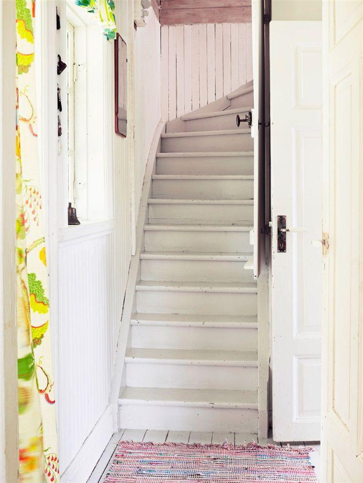 ETT SOMMARTORP ATT DRÖMMA OM OCH LÄNGTA EFTER: Dörren upp till övervåningen går att stängas halvvägs upp i trappan | Hus & Hem