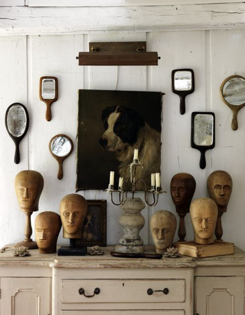 Collection de têtes en bois et miroirs