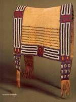 """Couverture de selle cheyenne, vers 1840, biblio 2 p 46. Peau de bison, perles de verre, tissu ; un cavalier des plaines qui monte à cru épouse sa monture avec une simple couverture de peau attachée par une lanière de cuir. La décoration de cette couverture, qui démontre qu'elle était utilisée pour des parades ou d'autres cérémonies, est un modèle de perlage des années 1840, ou la popularité des """" ponies """" encourageait la variété des motifs. Dès leur introduction, la demande de perles de ..."""