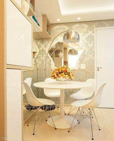 Uma peça menor, com moldura rococó de plástico (Barrock, 1,08 x 1,04 m, da Tok Stok, R$ 999,90), enfeita a superfície, que leva papel de parede estampado (Broadway Pag: 14, da JVN Products, Decor in Book, R$ 280 o rolo de 10 x 0,53 m). Sala de jantar: mesa Tasse (R$ 990) e cadeiras Eames (R$ 448 cada). Tok Stok. Projeto de Only Design.