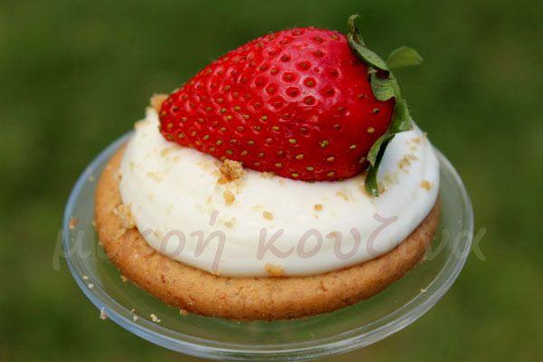 μικρή κουζίνα: Ατομικά cheesecake φράουλα light