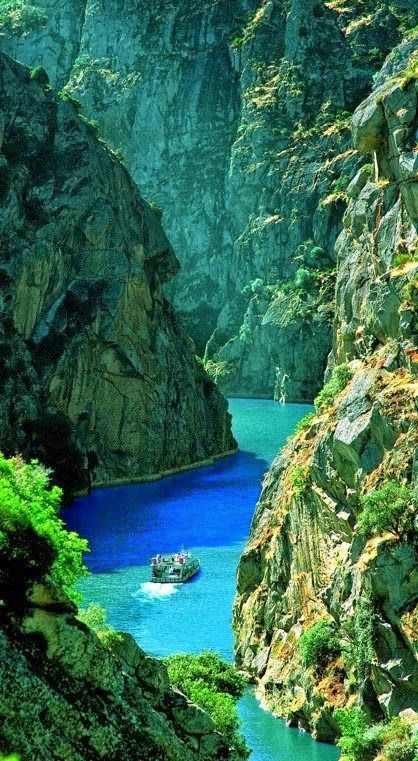 Looking for an alternative to the usual Portugal? Roll on the bright blue river between majestic cliffs in Arribes del Duero Natural Park, Portugal #Mylifemystyle