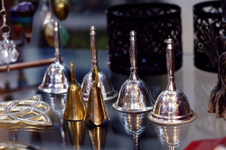 Звонкие серебрянные алтарные колокольчики с изображением пентаграммы и символа триединой богини. Купить и рассмотреть здесь https://www.skuld.com.ua/altarnye-prinadlezhnosti/kolokolchiki/