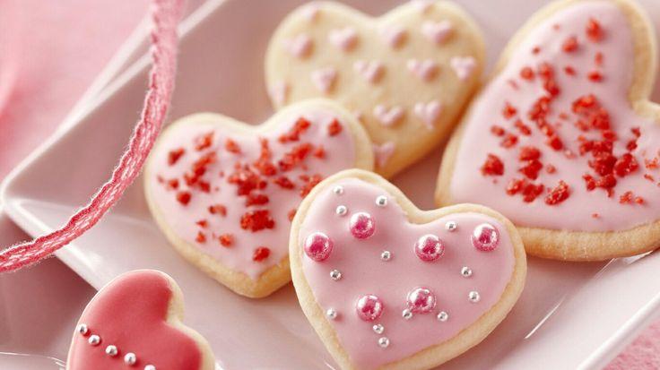 Galletas de corazones con decorados con piedras y caramelos comestibles.