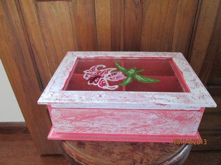 Caja de te con tapa de vidrio. Tecnicas usadas pintura de vitral, craquelado y marmoleado.