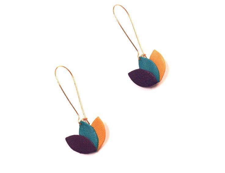 Boucles d'oreilles cuir violet, bleu turquoise et jaune moutarde ocre, fleur de cuir sur monture dorée de la boutique ByNatM sur Etsy