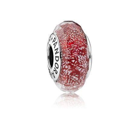 Acrescente novos detalhes intrigantes ao seu bracelete com este charm de vidro vermelho, reluzente na cor e no brilho. Habilidosamentefabricado com vidro iridescente, ele projeta uma extensão de cor diferenciada, que destacará qualquer bracelete e visual.