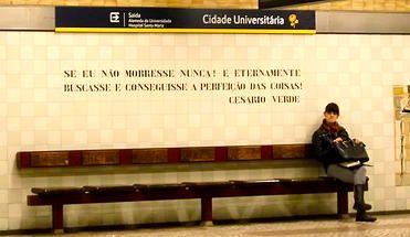 Lisboa Diário de Bordo | metro Cidade Universitária www.lisboadiariodebordo.com371 × 215Pesquisar por imagens Esta estação foi inaugurada em 1988, com projeto arquitetónico da autoria do Arq.º Sanchez Jorge e intervenção plástica de Vieira da Silva.