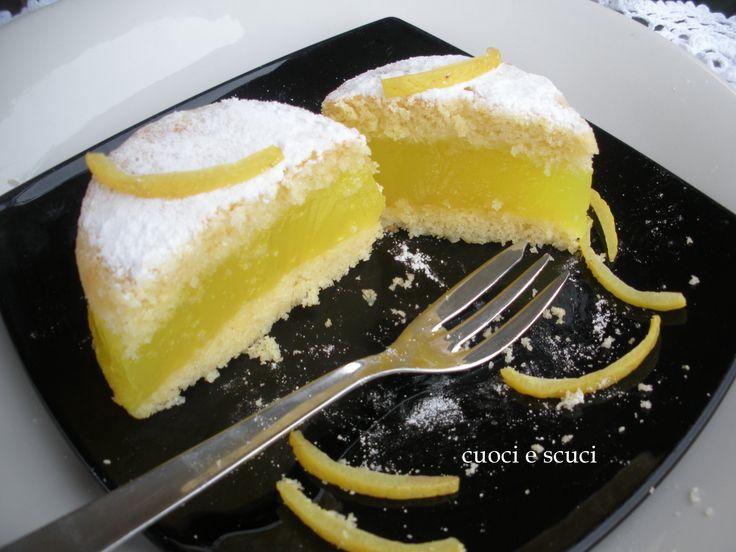 Il dolce al limone si mangia prima con gli occhi..... la crema deliziosa e profumata non contiene lattosio. Ottimo come fine pasto, non appesantisce e di f