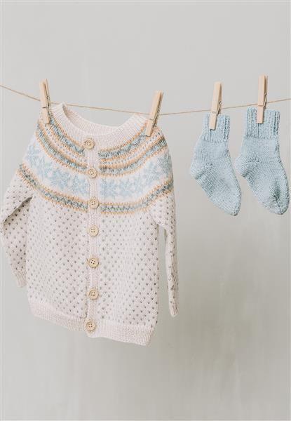 1415: Modell 5 Jakke, sokker #baby #knit #strikk