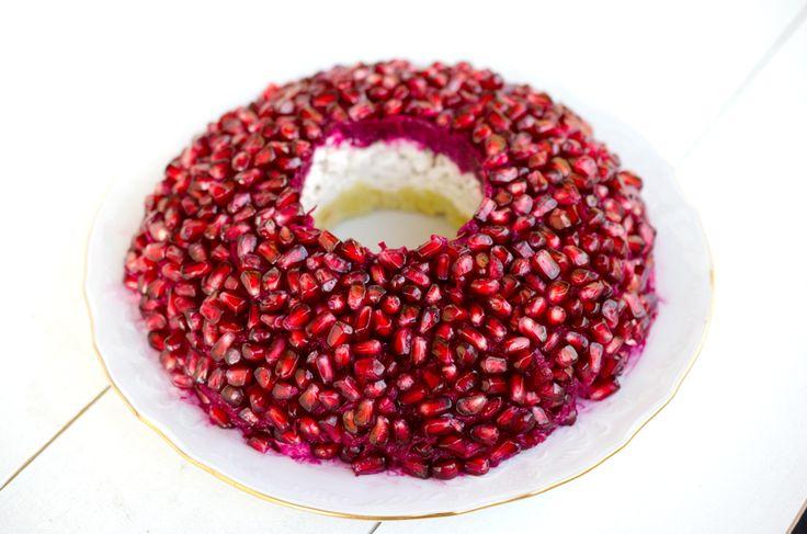 """Салат """"Гранатовый браслет"""" я готовлю уже много лет на большие семейные праздники. Но этот рецепт несколько отличается от того, что распространен в нашей стране. Жареные лук и курино"""