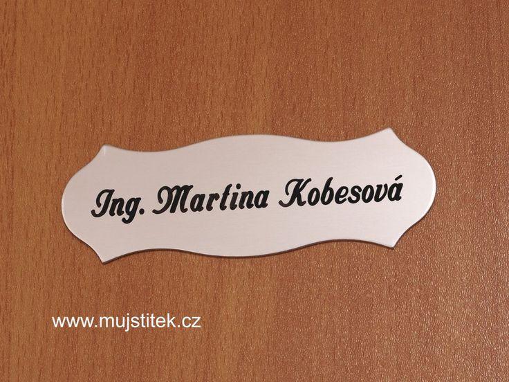 Jmenovka nalepená na dveře oboustrannou lepicí páskou. http://www.mujstitek.cz/hlinikove-jmenovky/100-jmenovka-na-dvere-stribrna-typ-h.html
